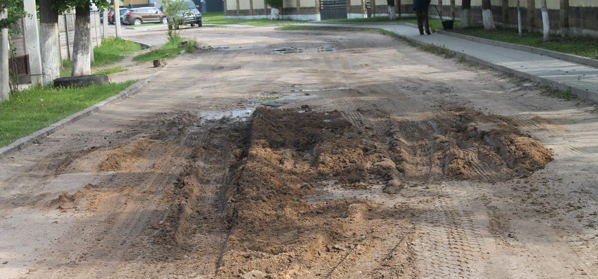 Сделали дорогу для танков? Чем засыпали яму на улице Свердлова в Барановичах. Фотофакт