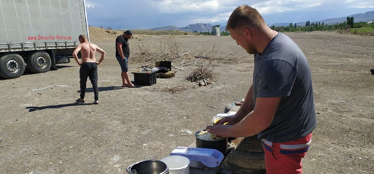 «Еду готовим на костре, вещи стираем в ручье». Барановичские дальнобойщики застряли на границе между Таджикистаном и Киргизией