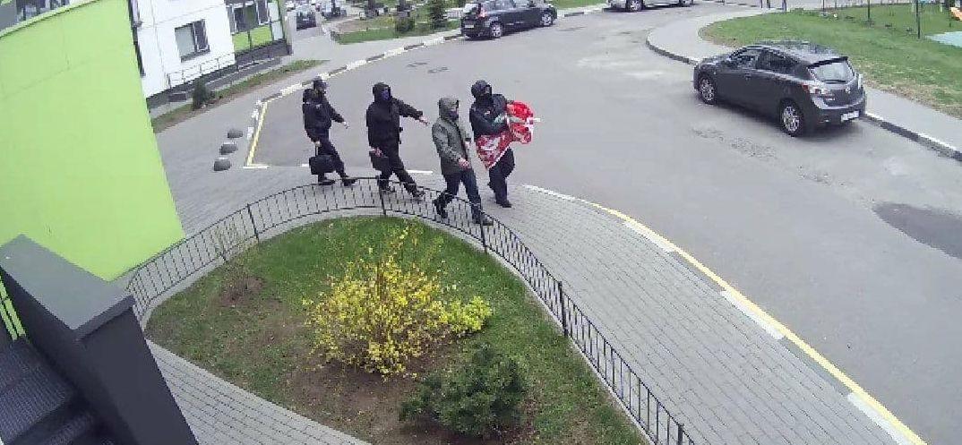 Сильный ветер сломал флагшток с государственным флагом в Минске