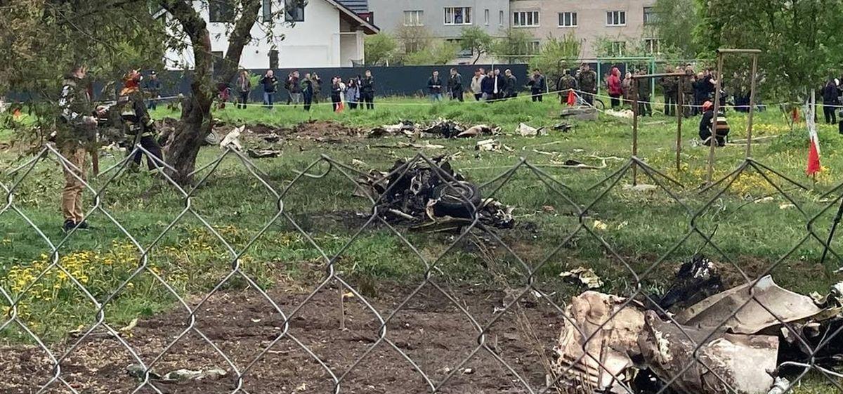 «Части лежат на крыше двухэтажного дома». Что происходит на месте падения самолета в Барановичах