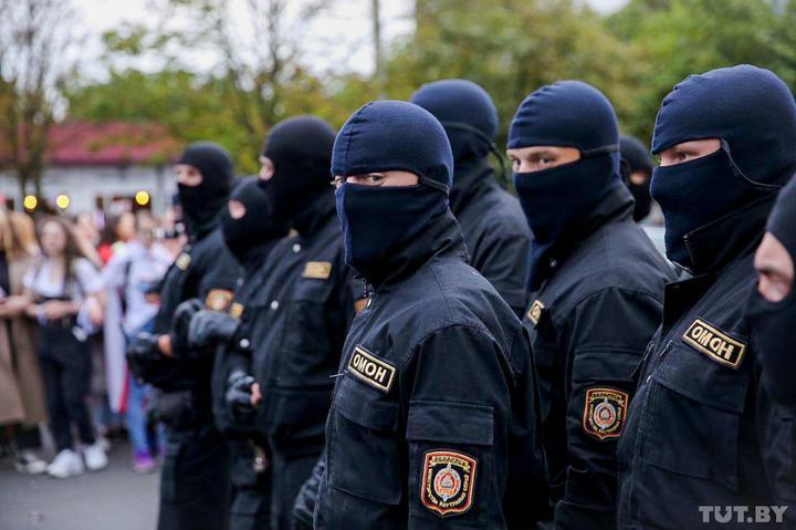 Опубликован список экс-силовиков, которых Лукашенко лишил званий