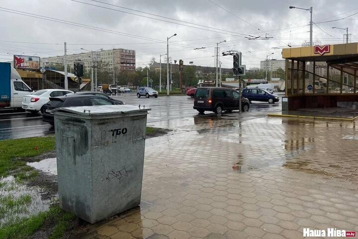 Возле места, где в августе погиб Тарайковский, поставили мусорный бак. Вот что отвечают в ЖКХ на жалобы минчан