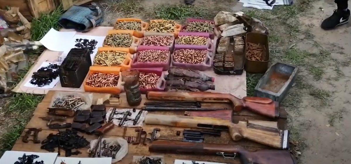 Крупный арсенал оружия и боеприпасов нашли у пенсионера в Могилеве. Видео