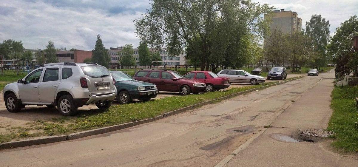 «Парковки нет, а ЖЭС машины нарушителей фотографирует». Как жительница Барановичей получила предупреждение за парковку на зеленой зоне