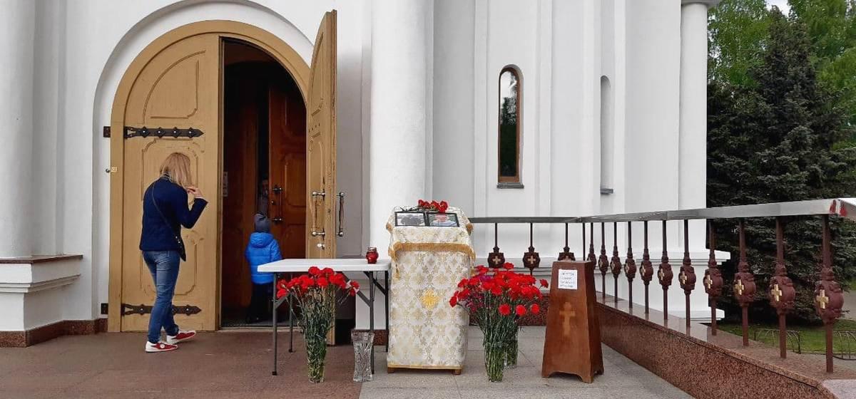 Жители Барановичей несут цветы в память о погибших летчиках