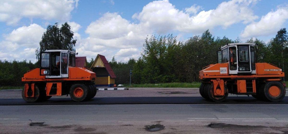 Новый асфальт укладывают на улице Доменикана в Барановичах. Фотофакт