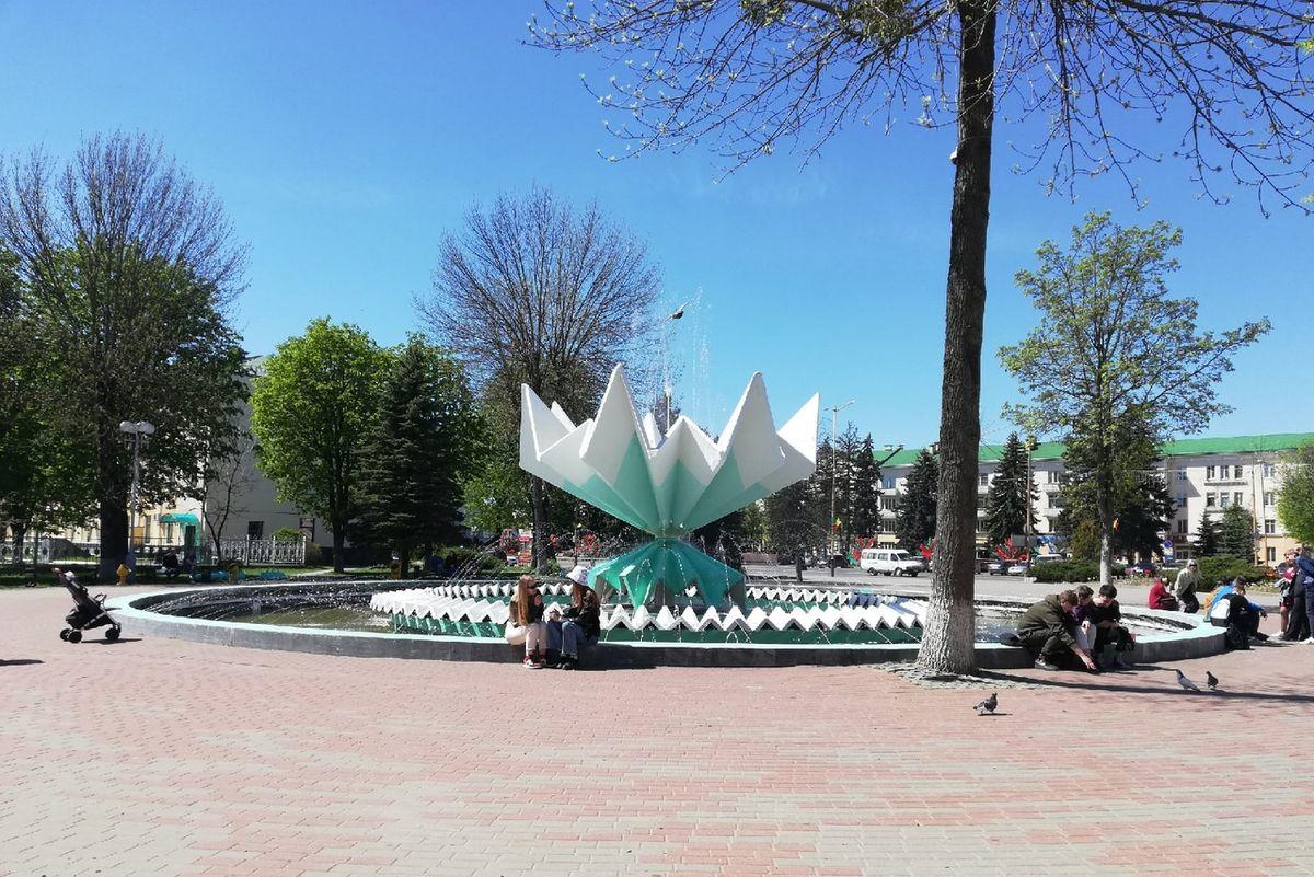 """Фонтан """"Каменный цветок"""" на площади Ленина в Барановичах. Фото: Кристина СОБИНСКАЯ"""