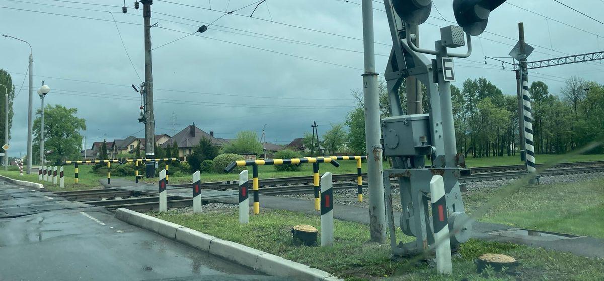 Новые ограждения установили возле железнодорожного переезда в Барановичах. Фотофакт