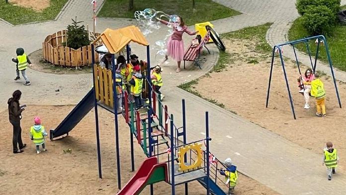 В Минске на детский праздник приехали силовики. Кто-то сообщил, что на площадке развесили красные и белые ленточки