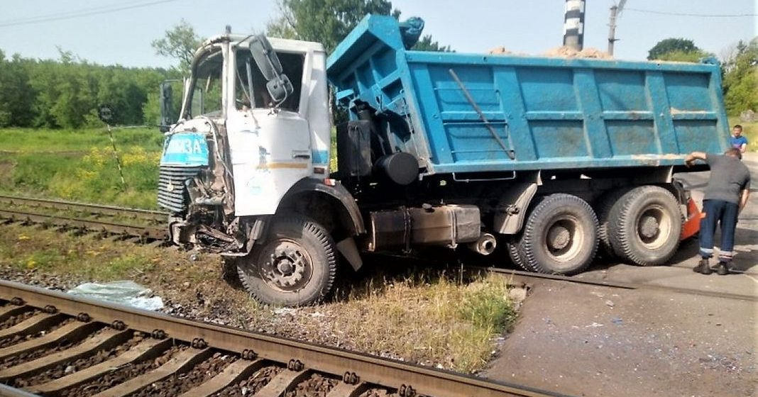 Грузовик врезался в электричку в Молодечненском районе. Пострадали три вагона