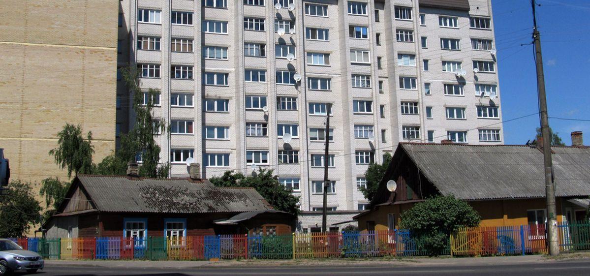 Радужный забор перекрасили в однотонный цвет в Барановичах. Фотофакт