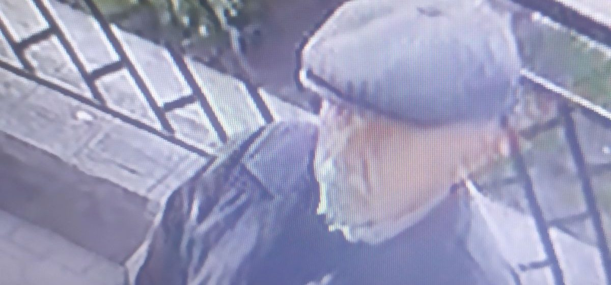 Барановичская милиция разыскивает мужчину, который поднял на улице чужой кошелек. Видео