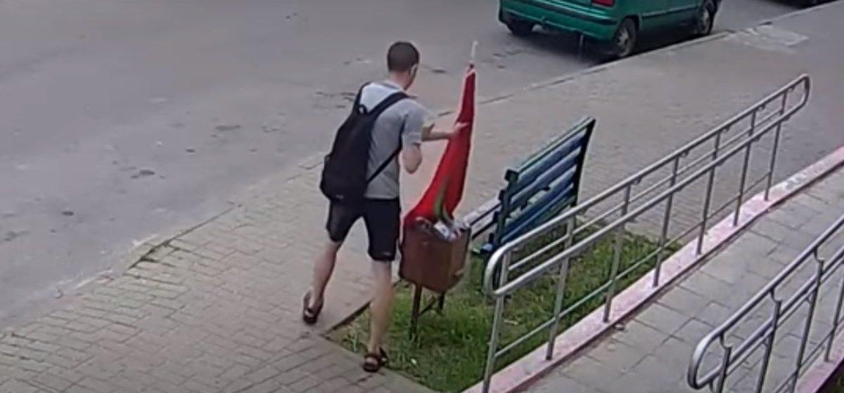 Мужчина заменил госфлаг на красно-белый зонтик в Гомеле. Возбуждено уголовное дело