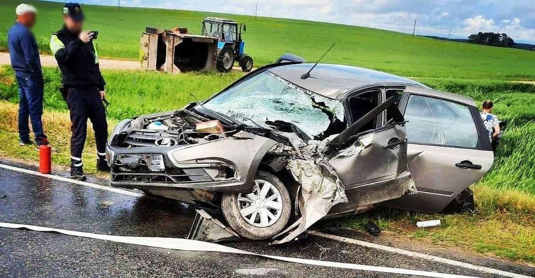 Легковушка врезалась в трактор, а потом в другое авто под Барановичами