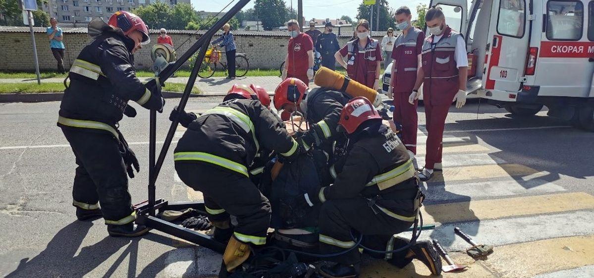 В канализационный колодец на дороге провалился мужчина в Пружанах. Понадобилась помощь спасателей