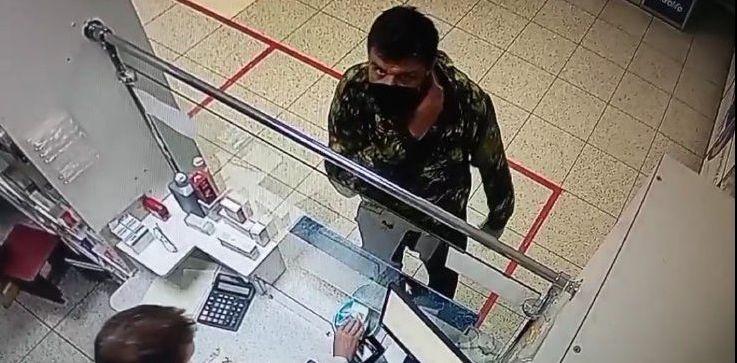 Барановичская милиция разыскивает подозреваемого в краже чужого кошелька. Видео