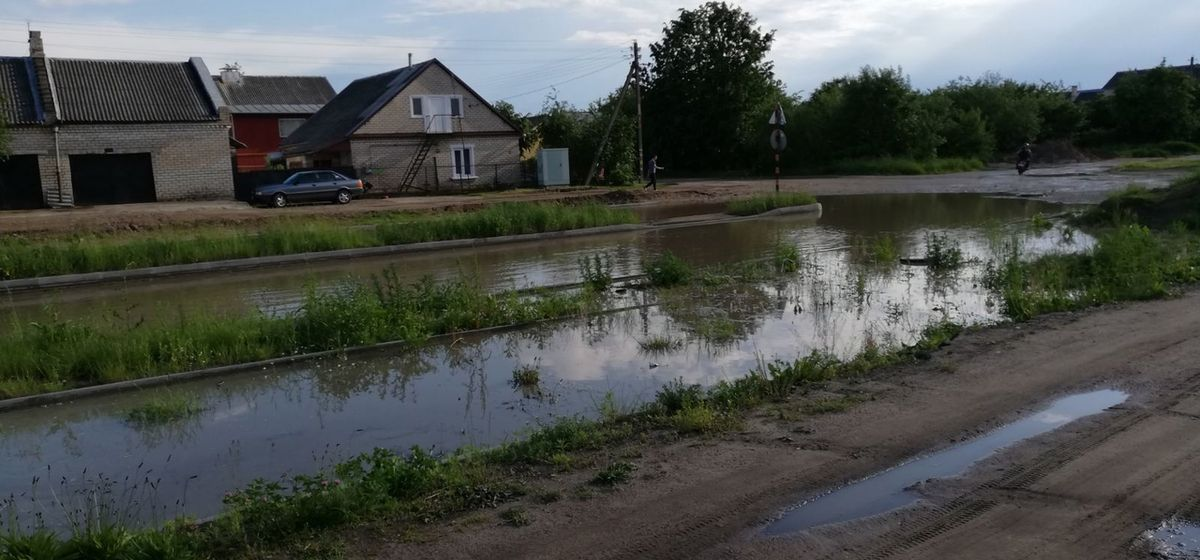 Озеро образовалось посреди улицы в Барановичах. Фотофакт
