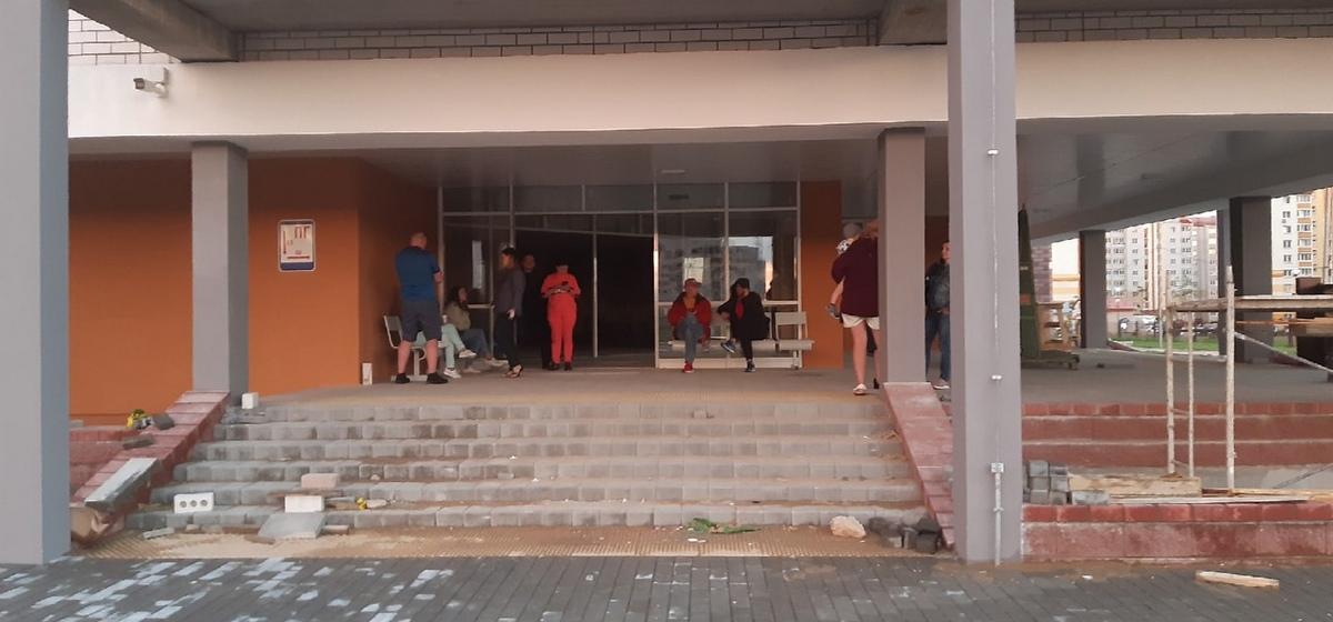 «Готовы остаться здесь ночевать». Родители занимают очередь в новую школу в Барановичах