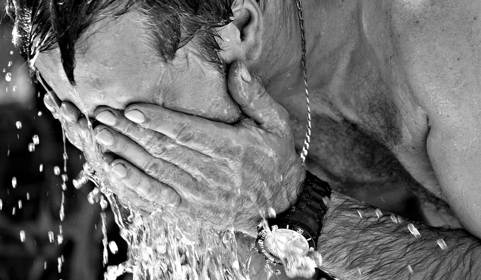 «Как можно быстрее охладить пострадавшего» – доктор Комаровский напомнил об опасности теплового удара