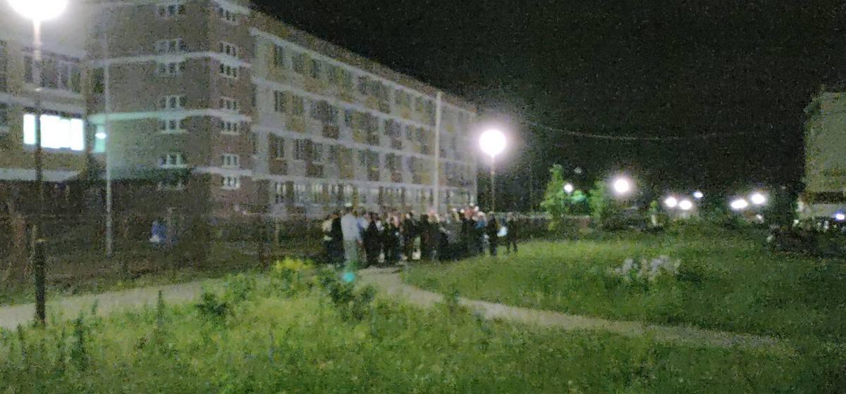 Десятки родителей дежурили всю ночь у новой школы в Барановичах, чтобы подать документы. Фотофакт