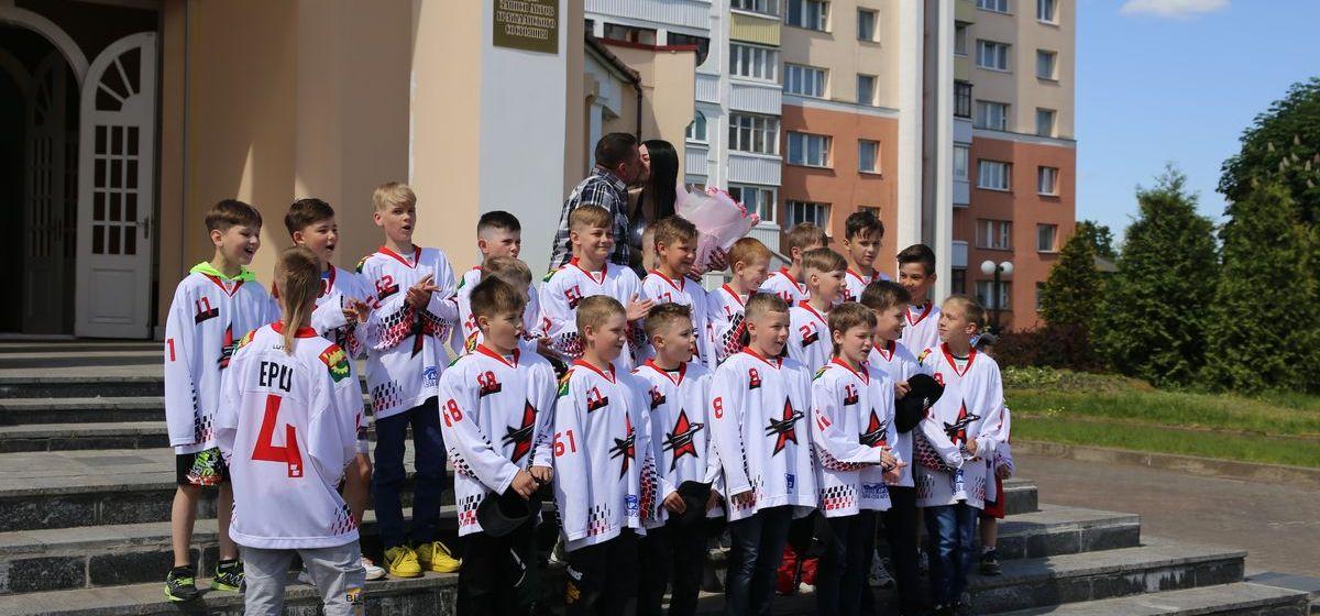 Оригинально поздравили своего тренера с днем свадьбы юные хоккеисты из Барановичей. Фото, видео