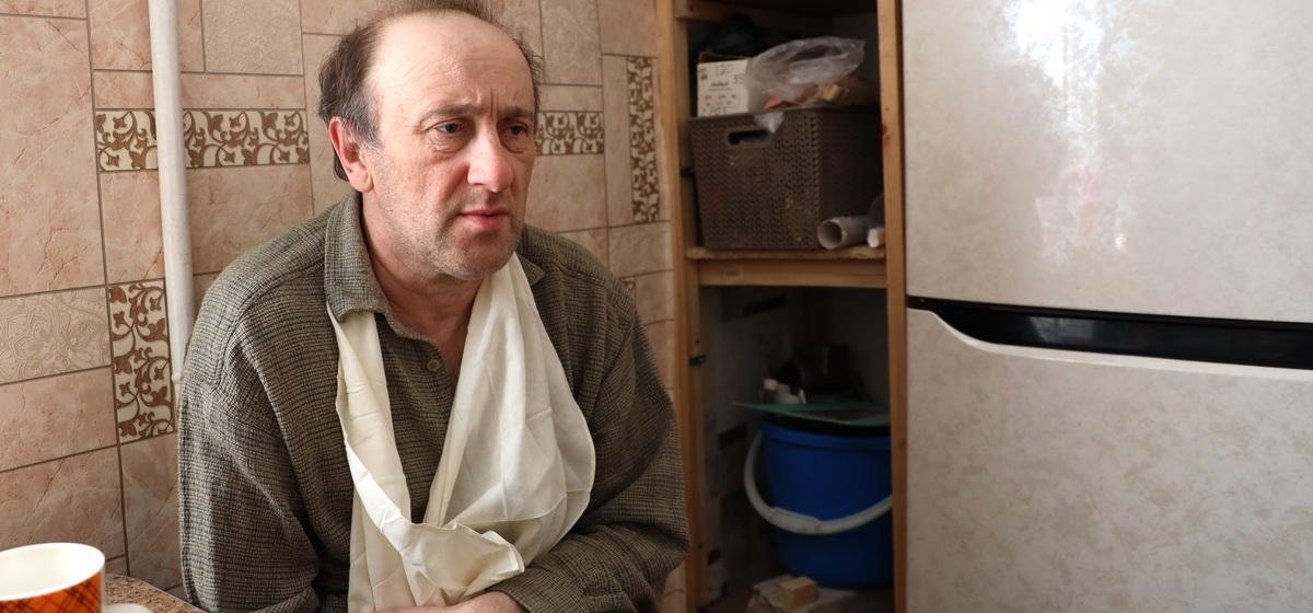 «Собака меня не пускала на кухню». Мужчину, пострадавшего при крушении самолета в Барановичах, выписали из больницы