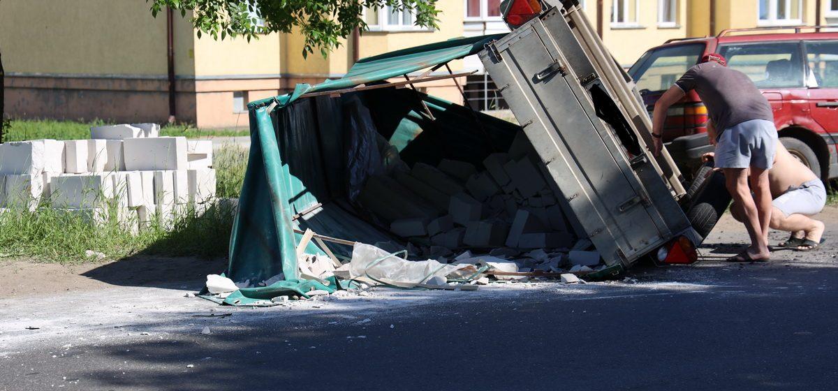 Прицеп с блоками перевернулся в Барановичах. Фотофакт