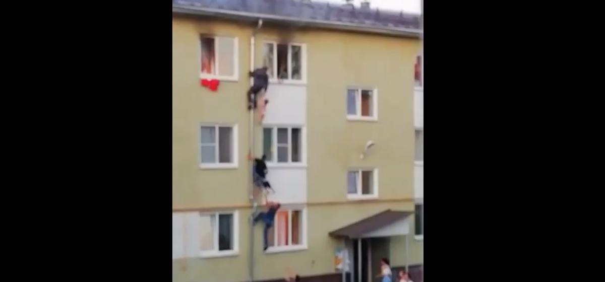 Соседи спасли троих детей по водосточной трубе из горящей квартиры в Костроме. Видео пожара как в кино