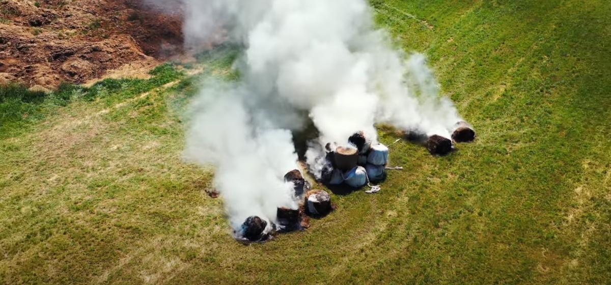 Как горят тюки с сеном на поле под Барановичами, сняли с дрона