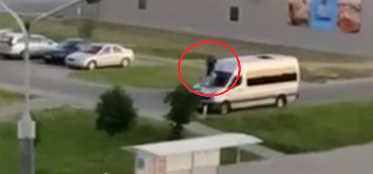 Мужчину, который попрыгал на чужом авто, задержали в Барановичах