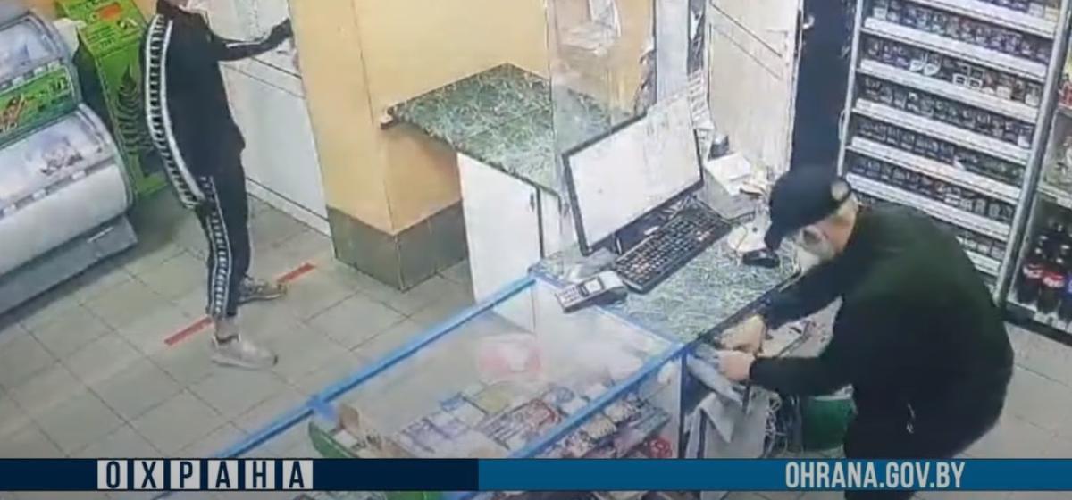 Два подростка напали на АЗС в Орше и, угрожая ножом, похитили деньги. Видео