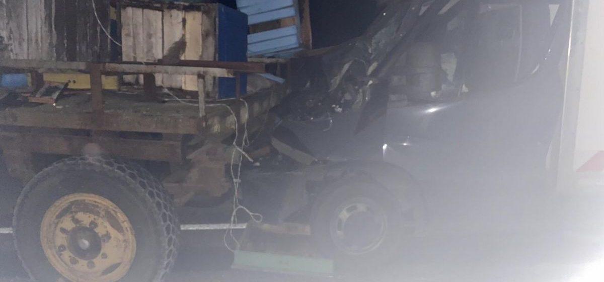 Бус влетел в трактор в Ляховичском районе — пострадал один человек