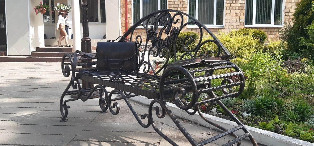 Кованая скамейка появилась около барановичской школы в прошлом году. Смотрите, чем ее дополнили