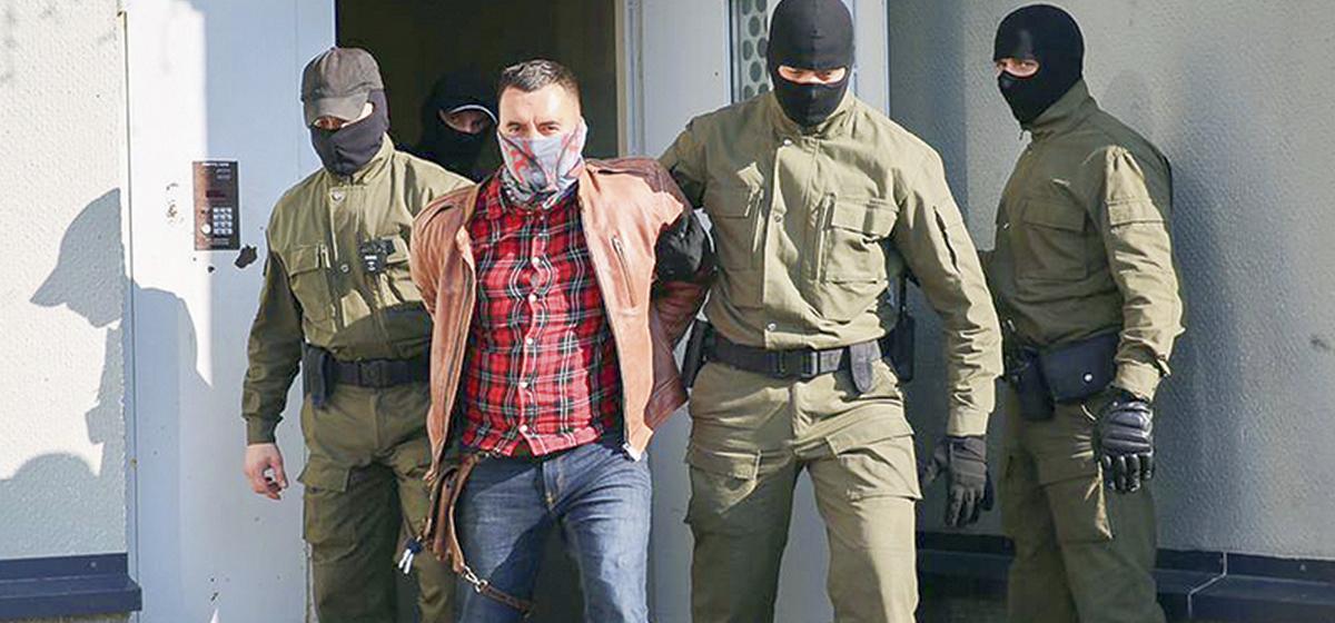 Хромает, рука перевязана, синяки — таким жителя «Площади перемен» привели на суд. Он в СИЗО с 15 сентября