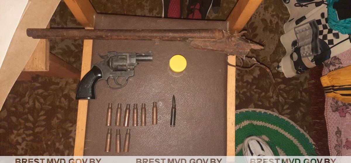 Оружие и боеприпасы обнаружили у жителя Барановичского района. Смотрите, что он хранил