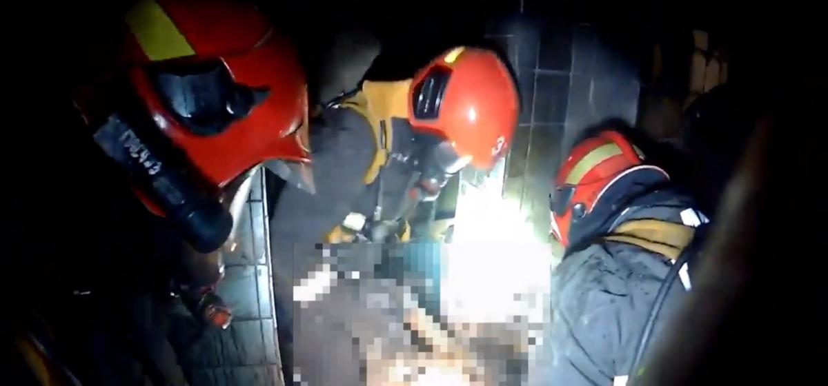 Лежал у выхода на животе. Как спасали мужчину на пожаре в Барановичах. Видео от МЧС