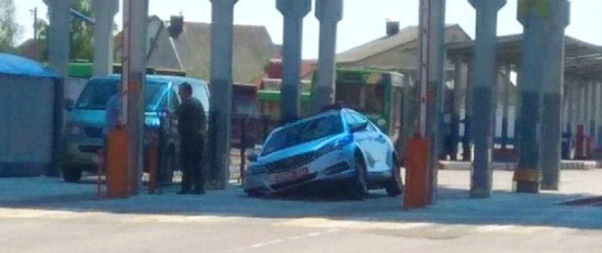 Машина ГАИ провалилась в смотровую яму в Барановичах. Фотофакт