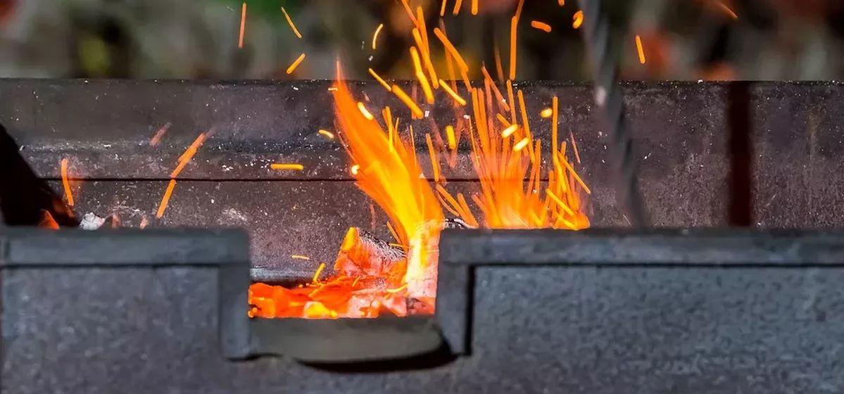 Сильные ожоги получили мужчина и его годовалая дочь при розжиге мангала в Мозыре