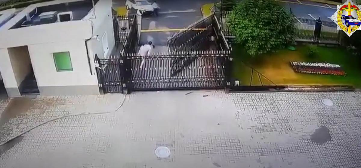 Автомобиль снес ворота посольства России в Минске. Человек из авто сбежал на территорию посольства