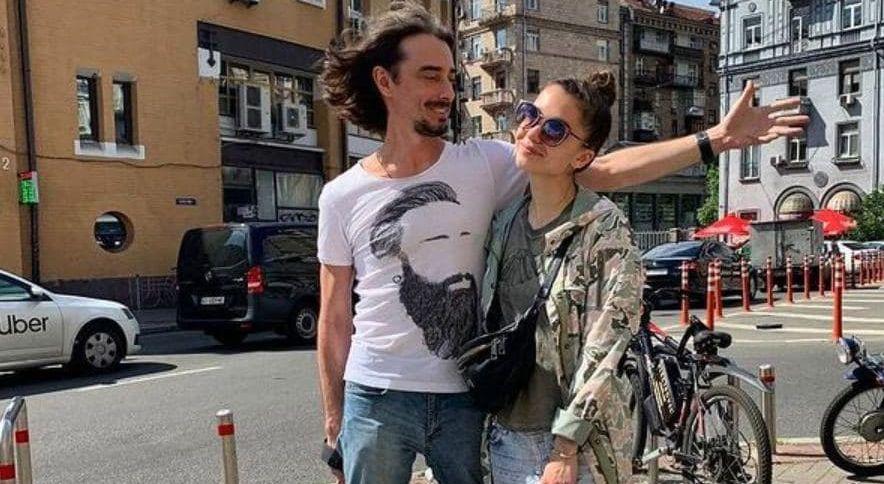 Телеведущий Денис Дудинский вместе с женой покинули страну