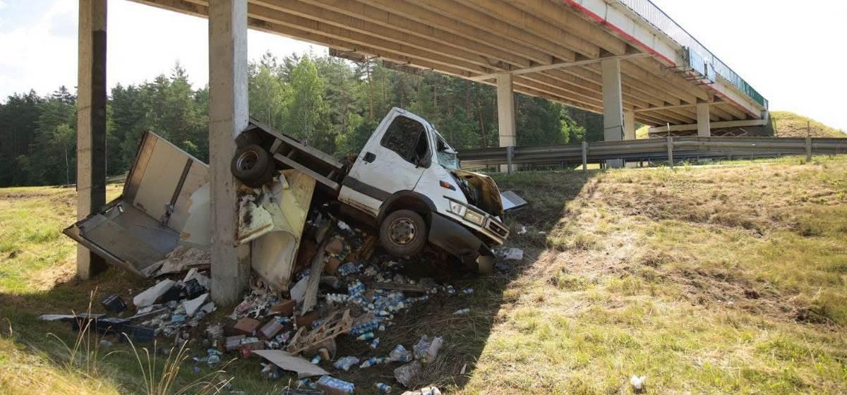 В опору моста влетел грузовик с молочной продукцией. ДТП на трассе М1 под Барановичами