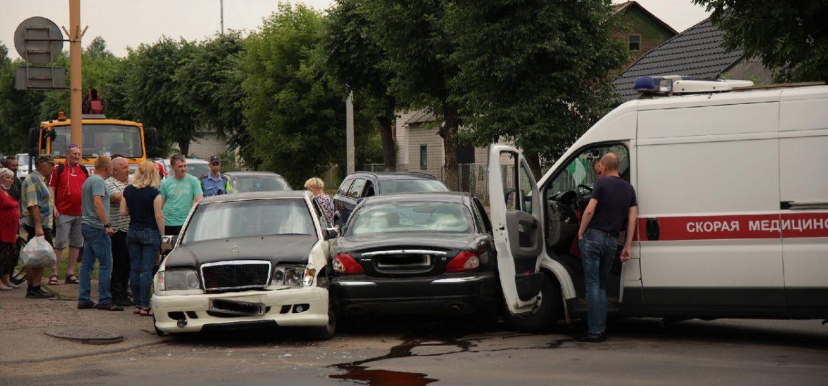 После столкновения «скорой» и двух автомобилей «Мерседес» отбросило на женщину, находившуюся на тротуаре