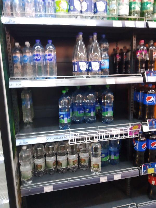 А так выглядят полки с водой в магазинах Ляховичей. Питьевой бутилированной воды почти нет. Фото: читатель Intex-press