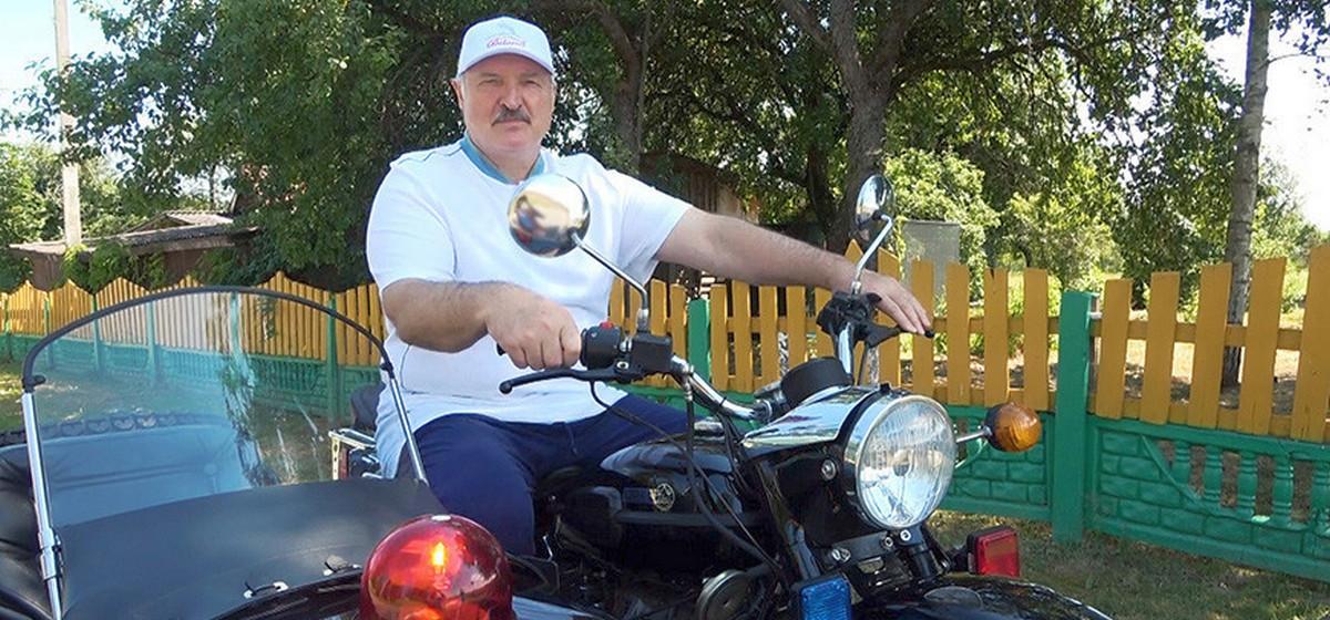 Лукашенко проехал на «Урале» с коляской по деревне и поздравил сотрудников ГАИ с праздником