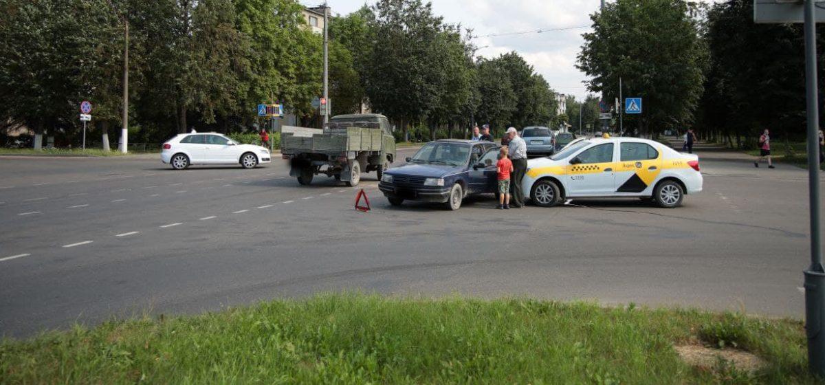 Тройное ДТП в Барановичах: Peugeot выбросило на такси. Фото