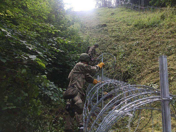 Литва начала устанавливать ограждение из колючей проволоки на границе с Беларусью. Вот как оно выглядит