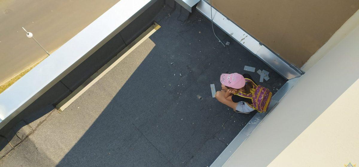 Девочка упала с крыши многоэтажки на балконный козырек в Островце. Потребовалась помощь МЧС