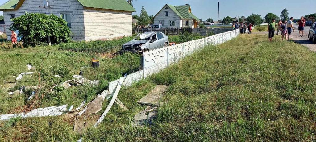 Opel влетел в забор и перевернулся в Калинковичском районе — пассажир погиб, водитель в больнице