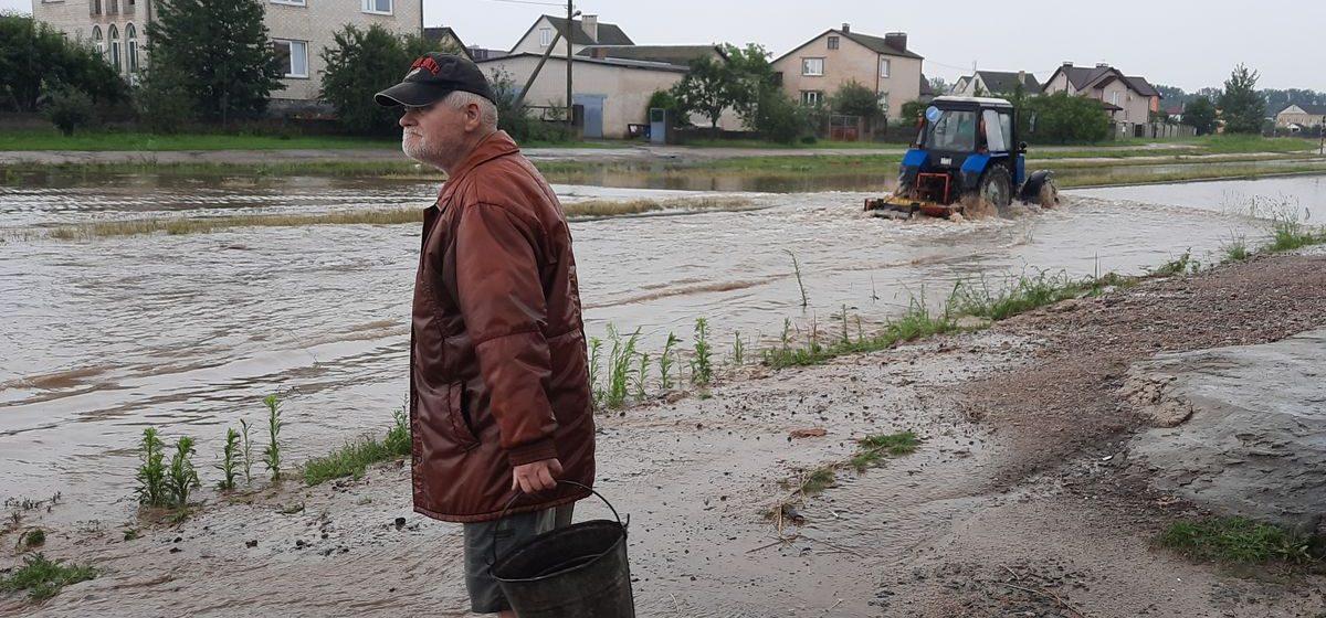 «Еще минут 15, и вода была бы в доме». Как ливень затопил частный сектор в Барановичах