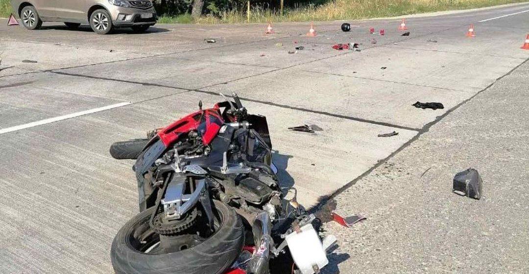 Мотоцикл влетел в Geely под Мачулищами — байкер и его пассажирка погибли